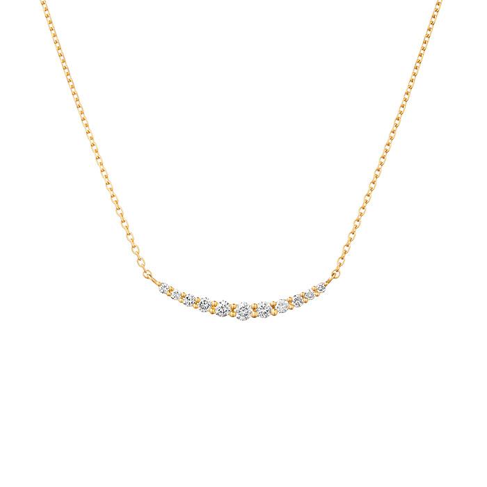 デコルテに沿って美しいアーチを描くダイヤモンドネックレス