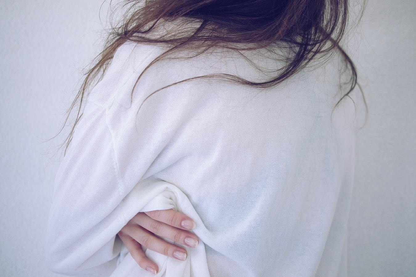 白シャツ 女性