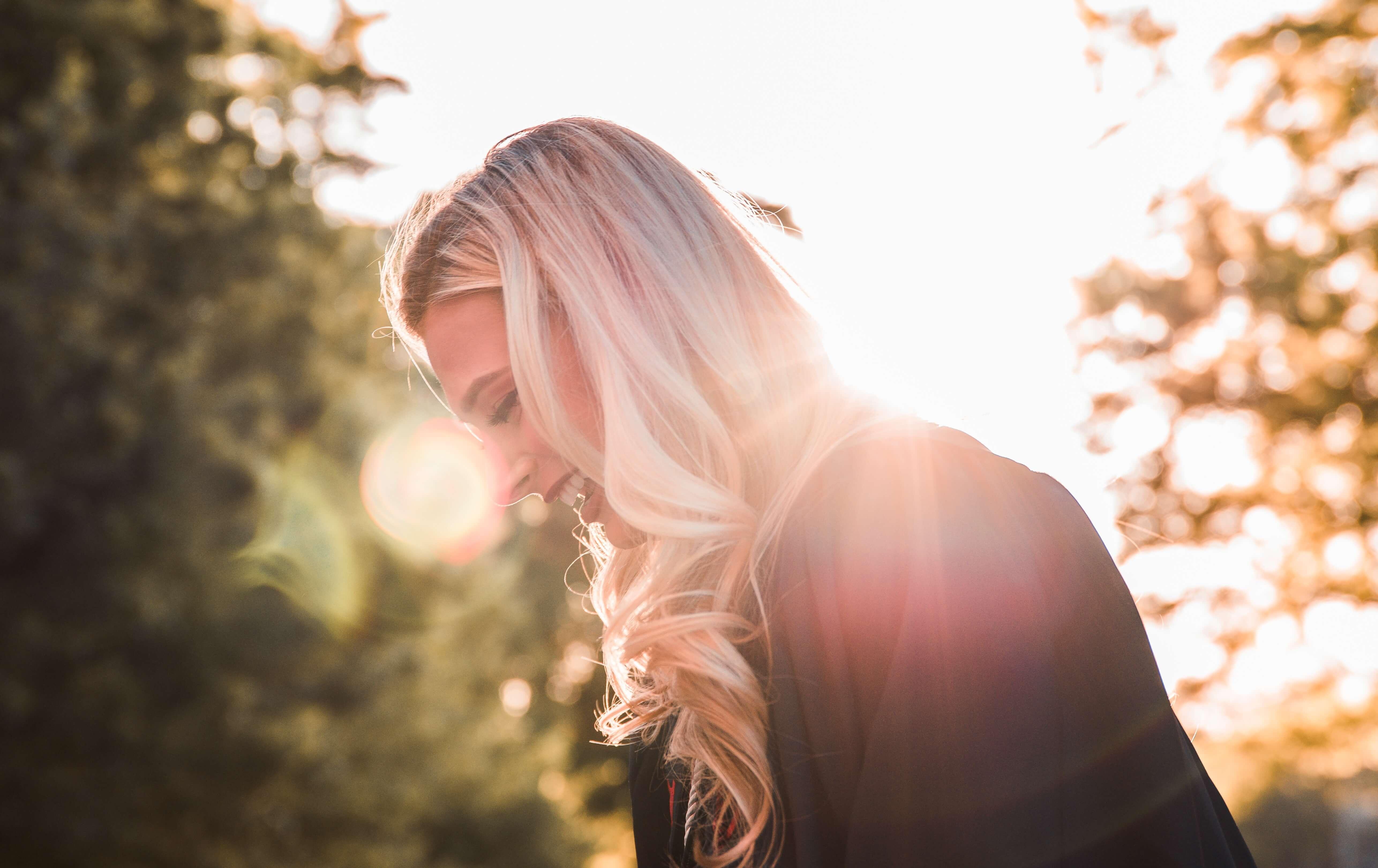 笑顔の女性の横顔