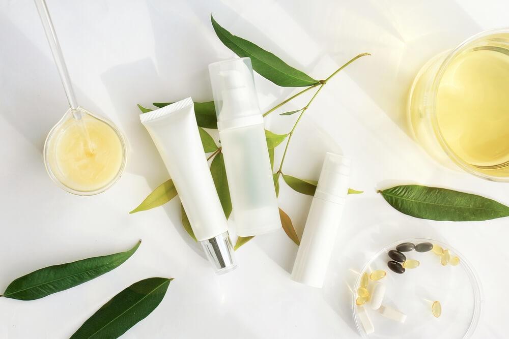 化粧品の白い容器