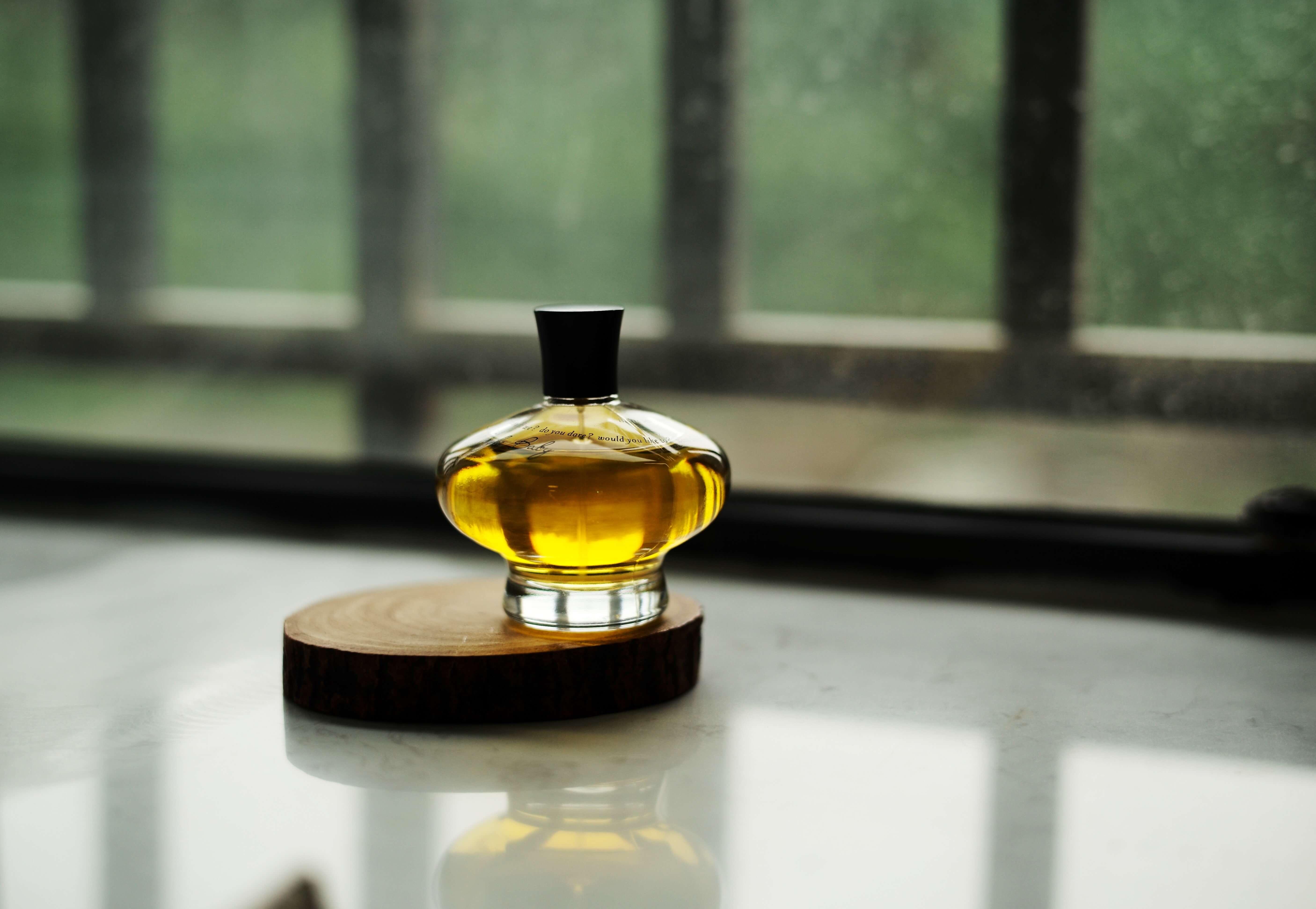 木製のコースターの上に置かれた香水