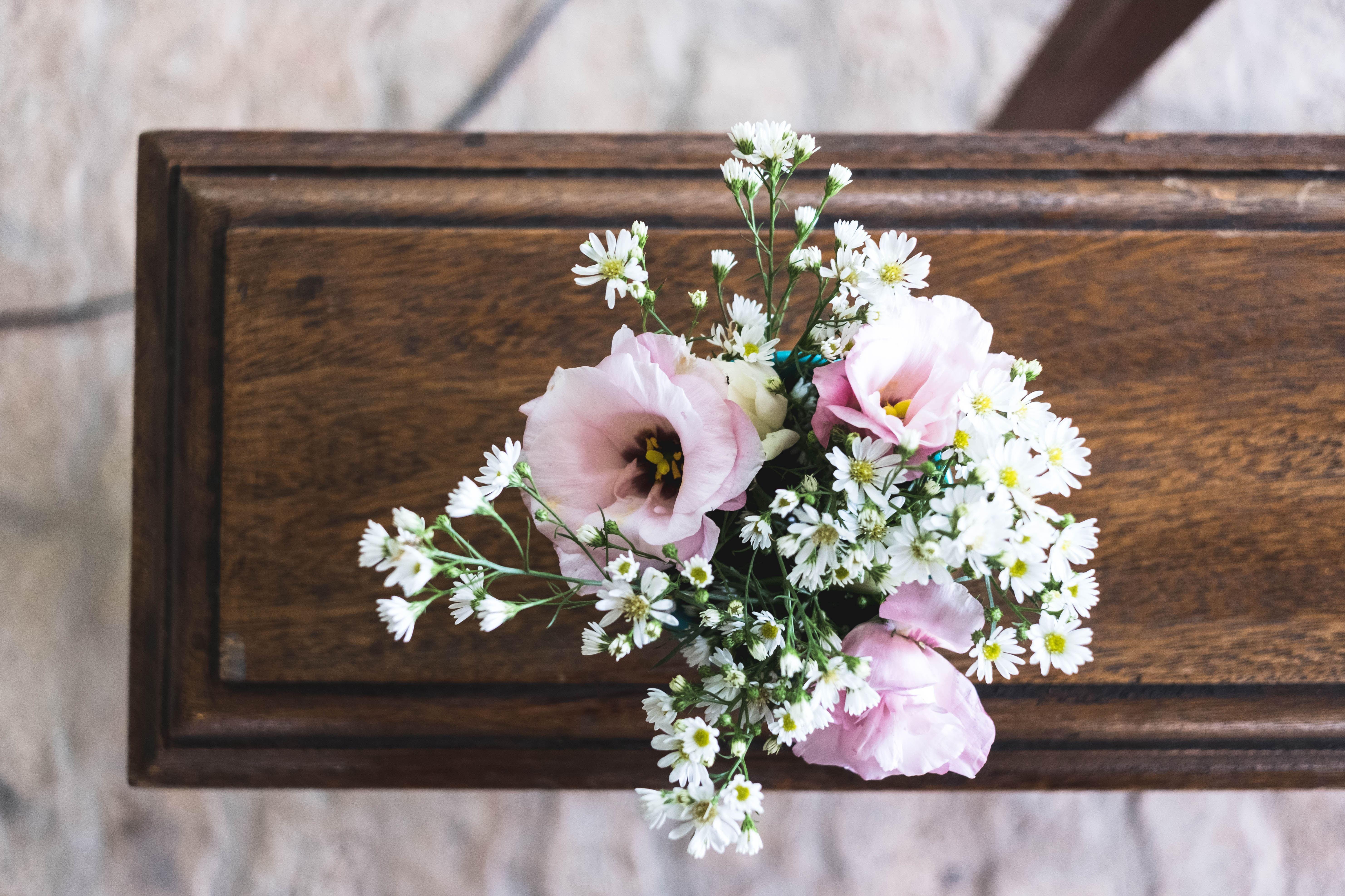プレートに飾られた花