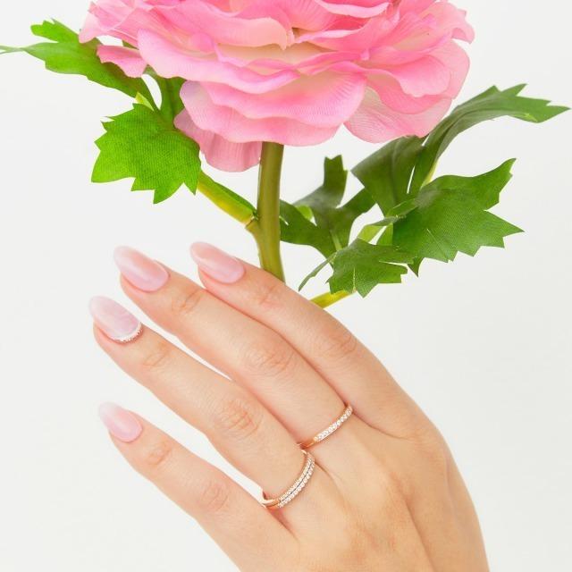 花を持つ手に輝く複数使いの指輪
