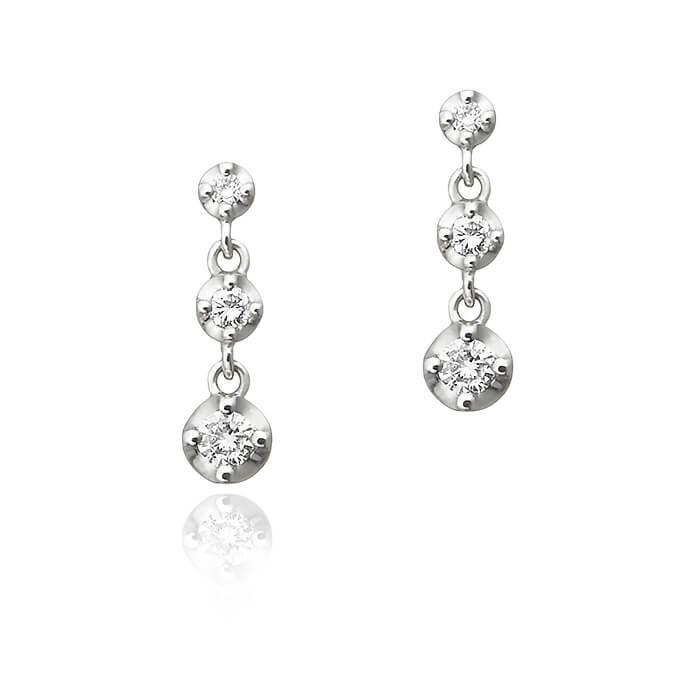 デートにおすすめの3石ダイヤモンドピアス