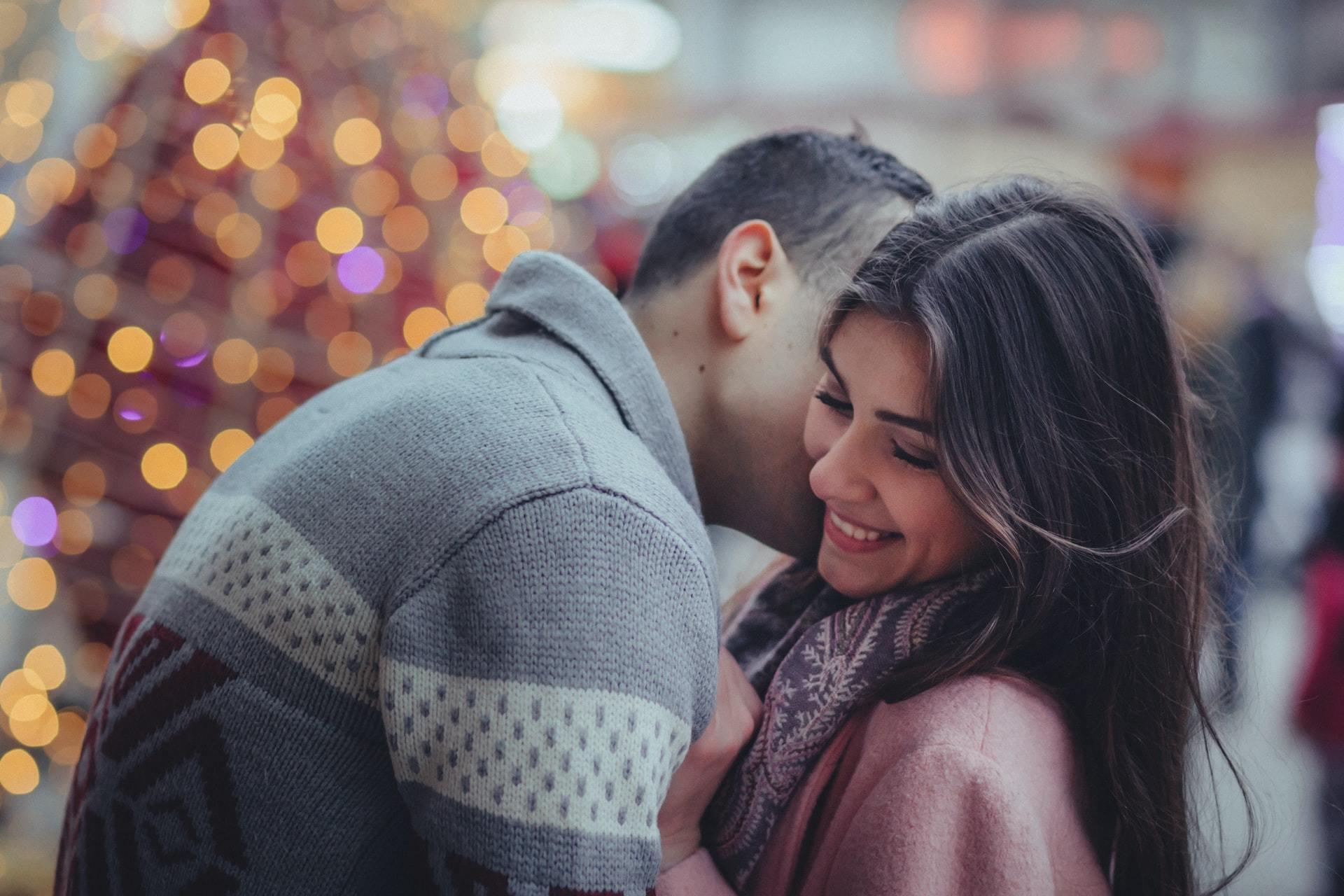 クリスマスデートをするカップル