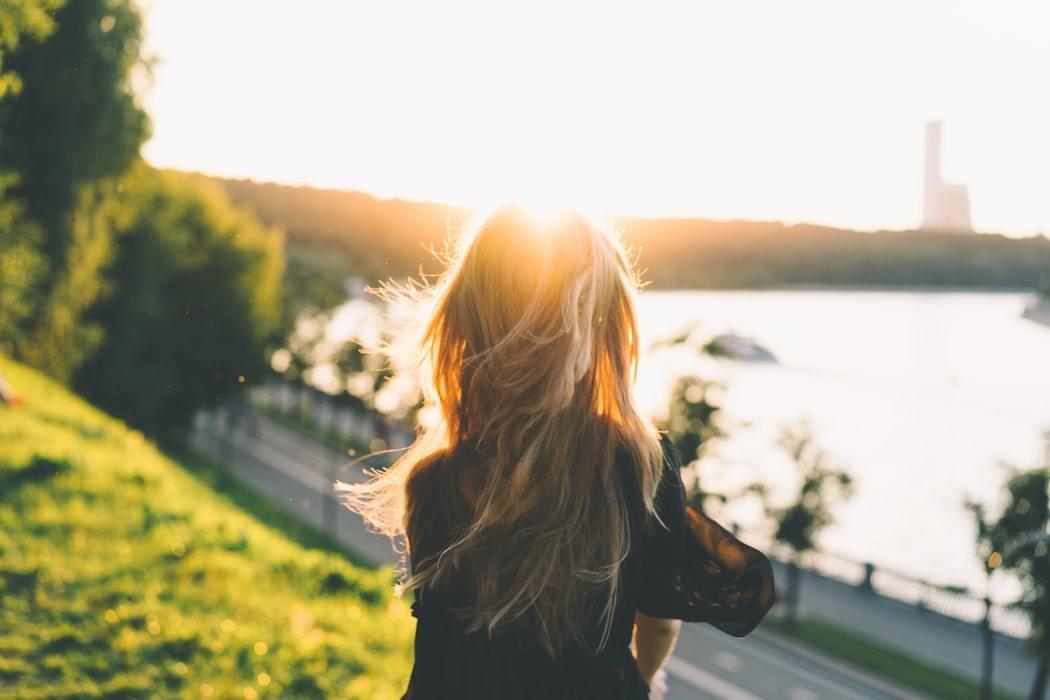 夕陽をみる女性