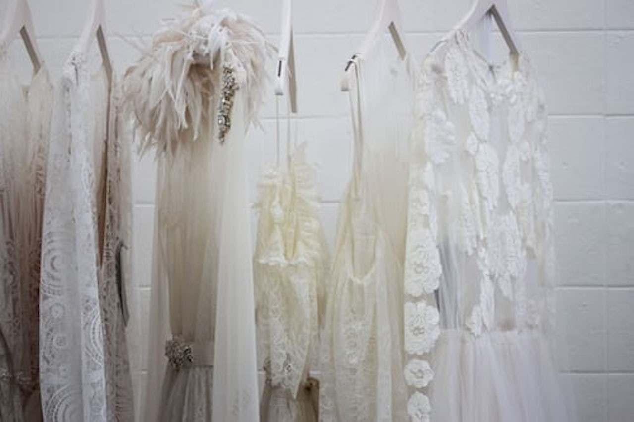 レースの白い服