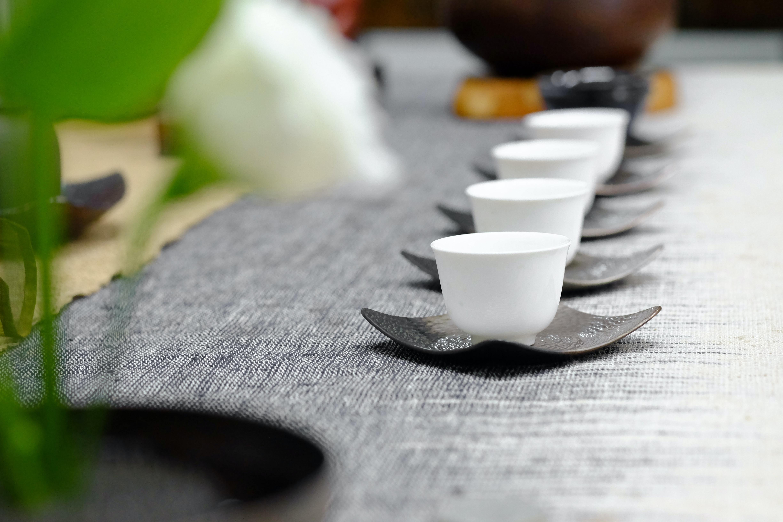 テーブルに並んだ茶器