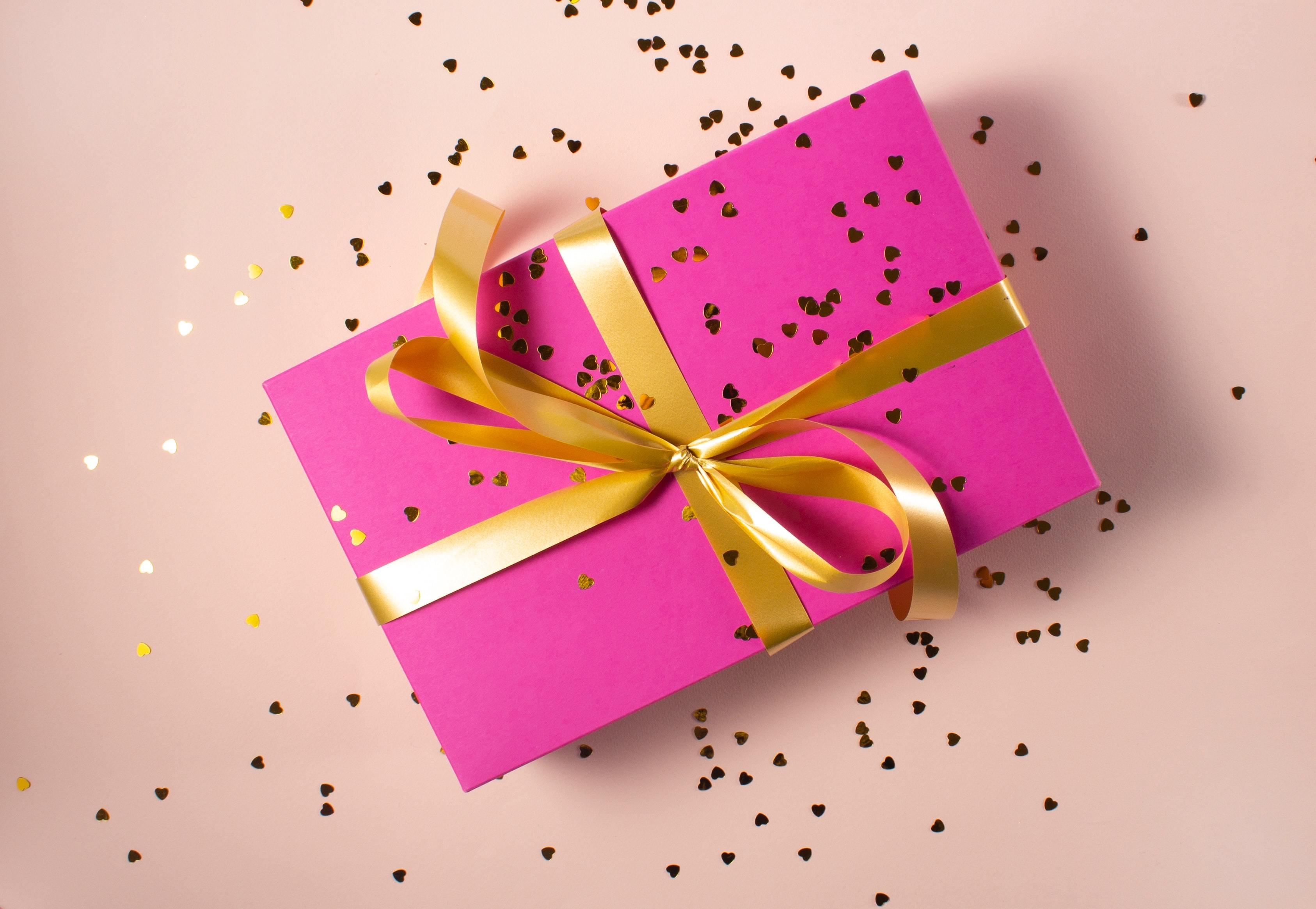 リボンのかかったピンクの箱