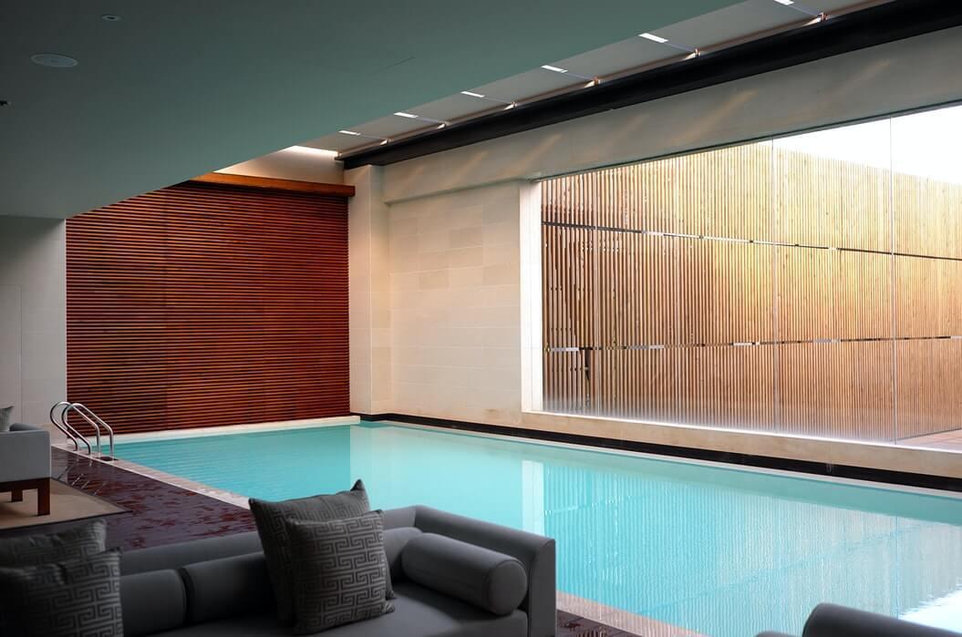 プールがあるホテルの部屋