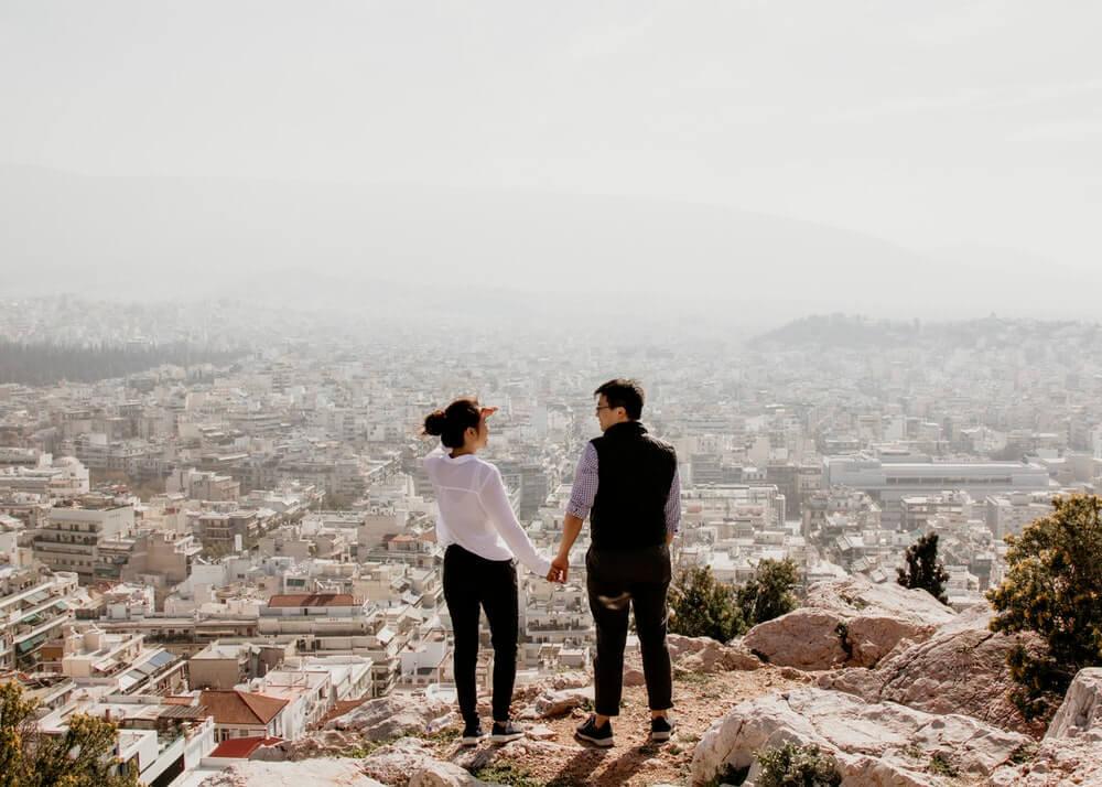 街を眺めるカップル