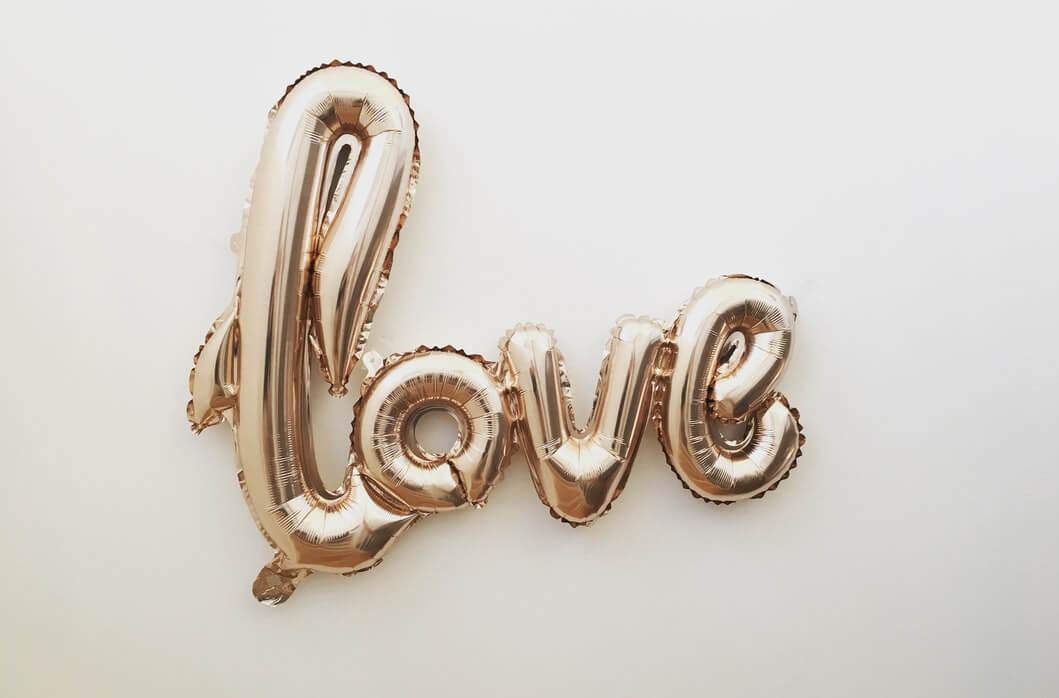 LOVEと書かれたバルーン