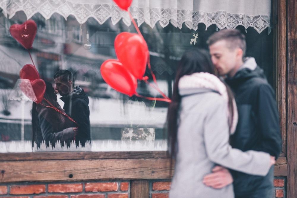 バレンタインデーに待ち合わせするカップル