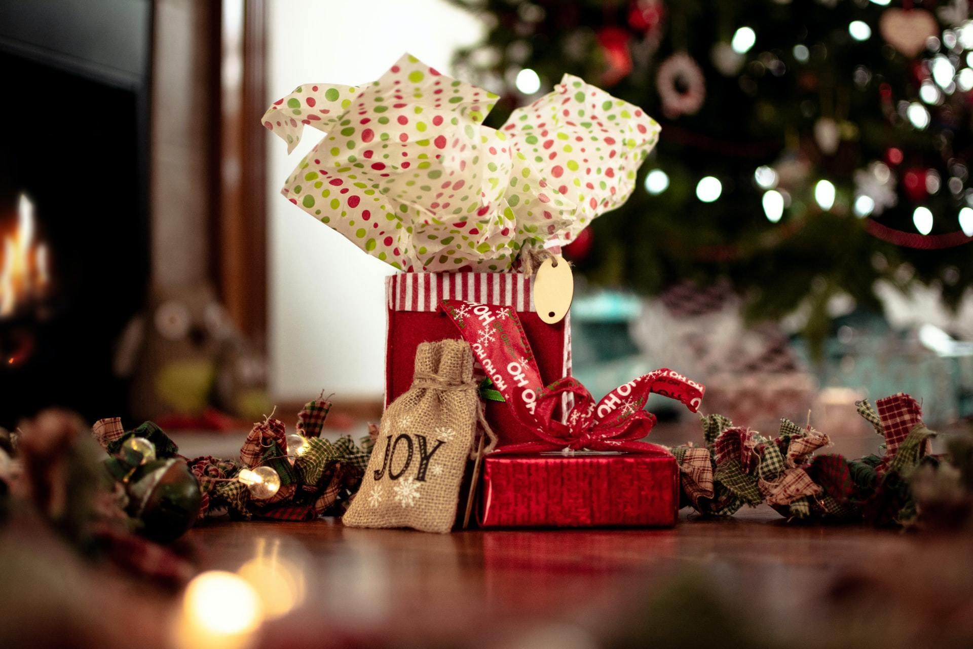 クリスマスツリーの下に置かれたプレゼント