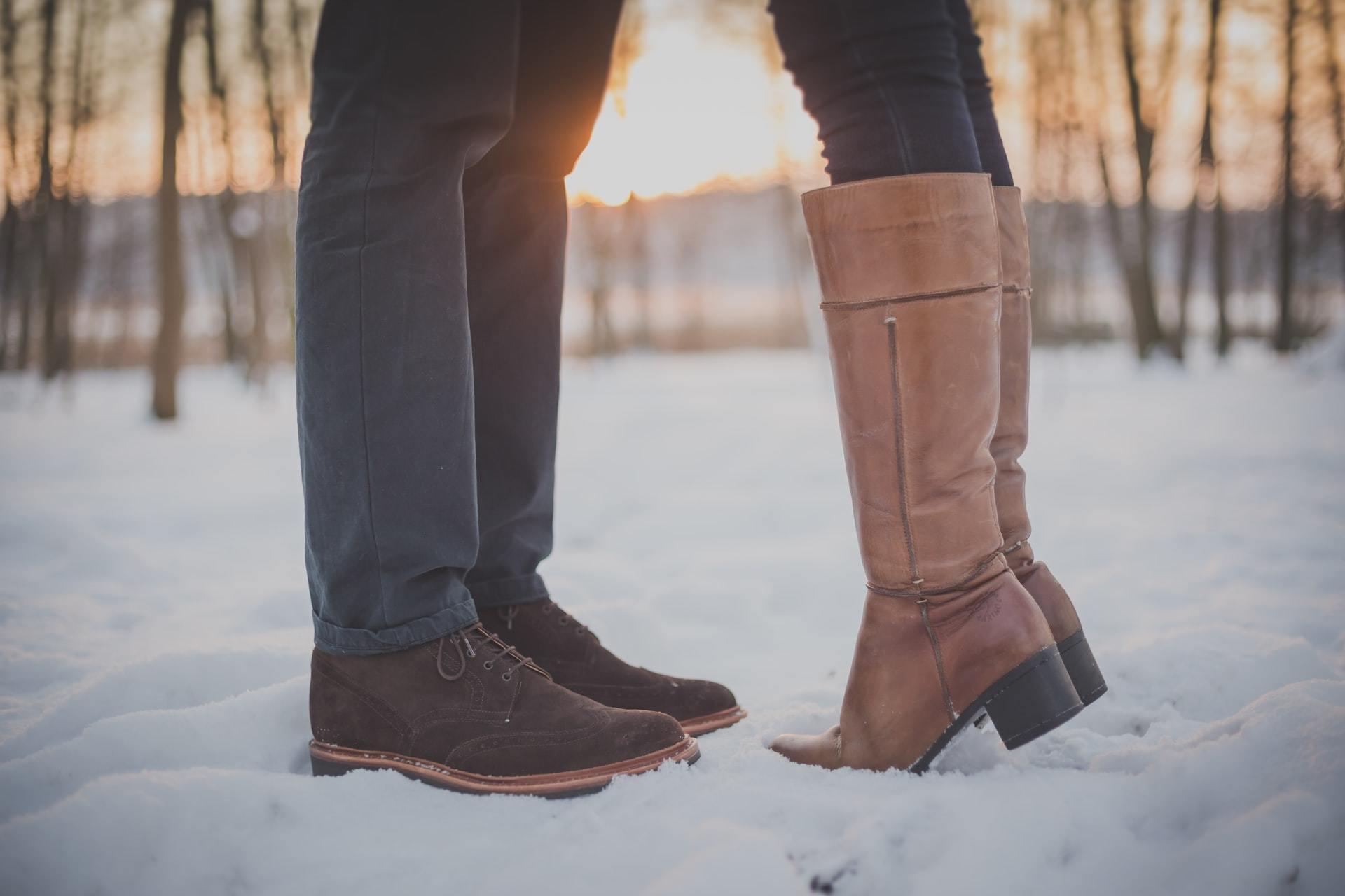 雪の中で向き合うカップルの足元