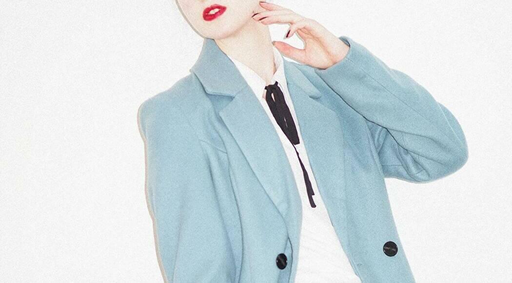 ブルーのコートを着た女性