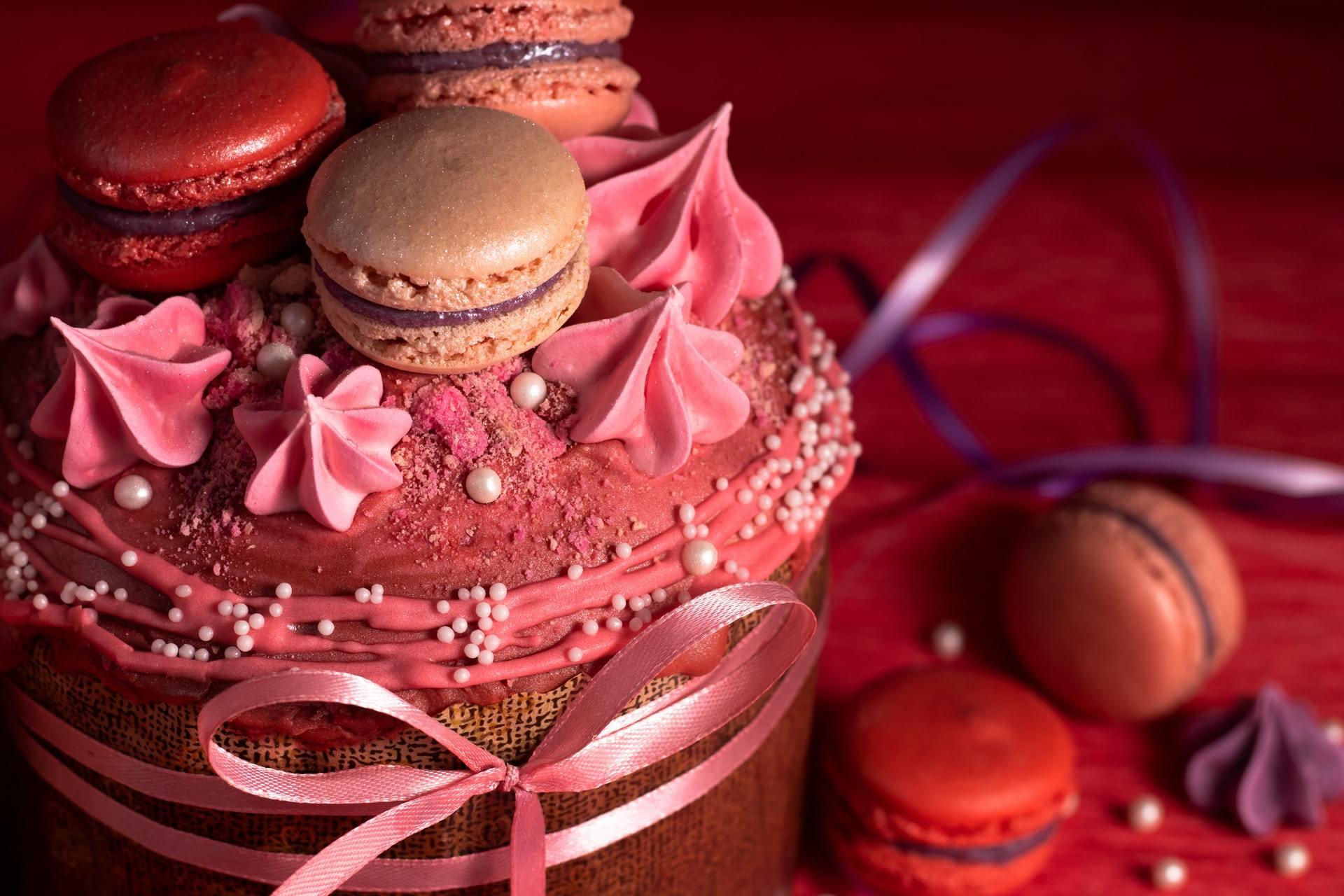 マカロンがのったピンクのケーキ