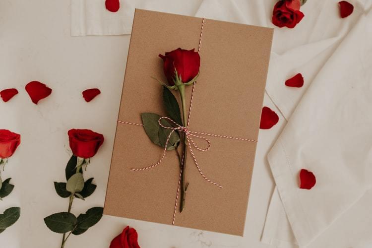プレゼントボックスとバラの花