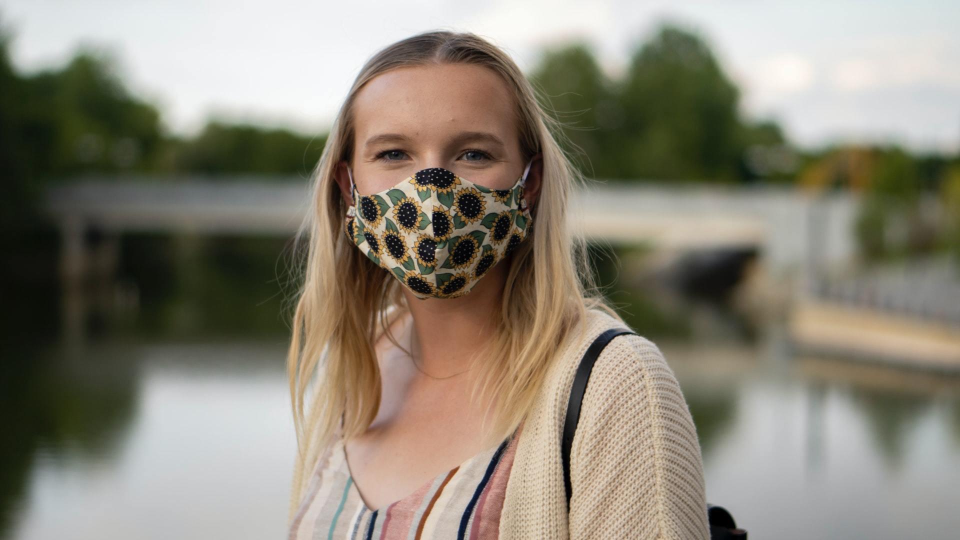 花柄のマスクを着けた女性