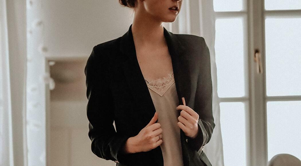 ワンピースにジャケットを羽織った女性