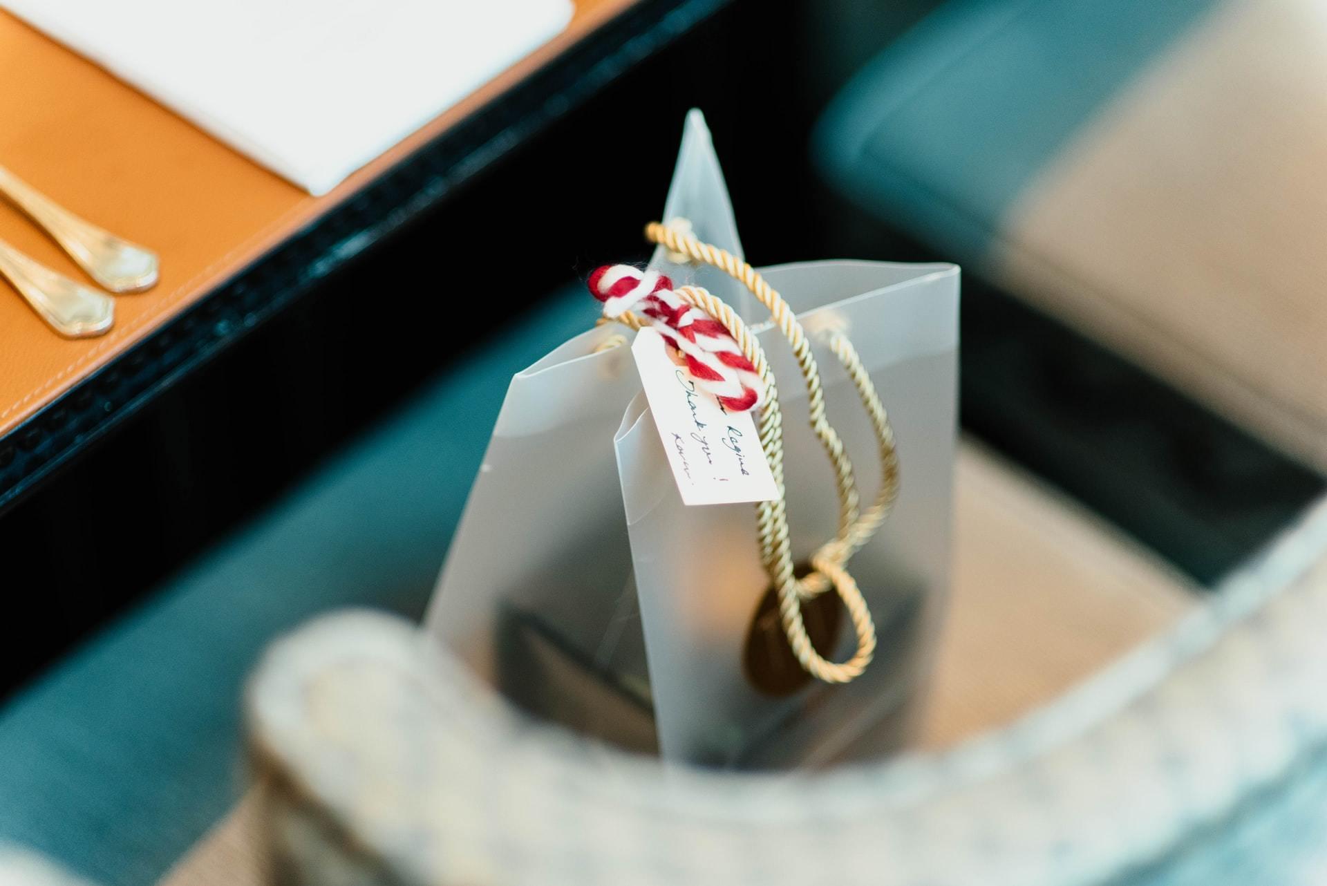 レストランの椅子に置かれたプレゼント