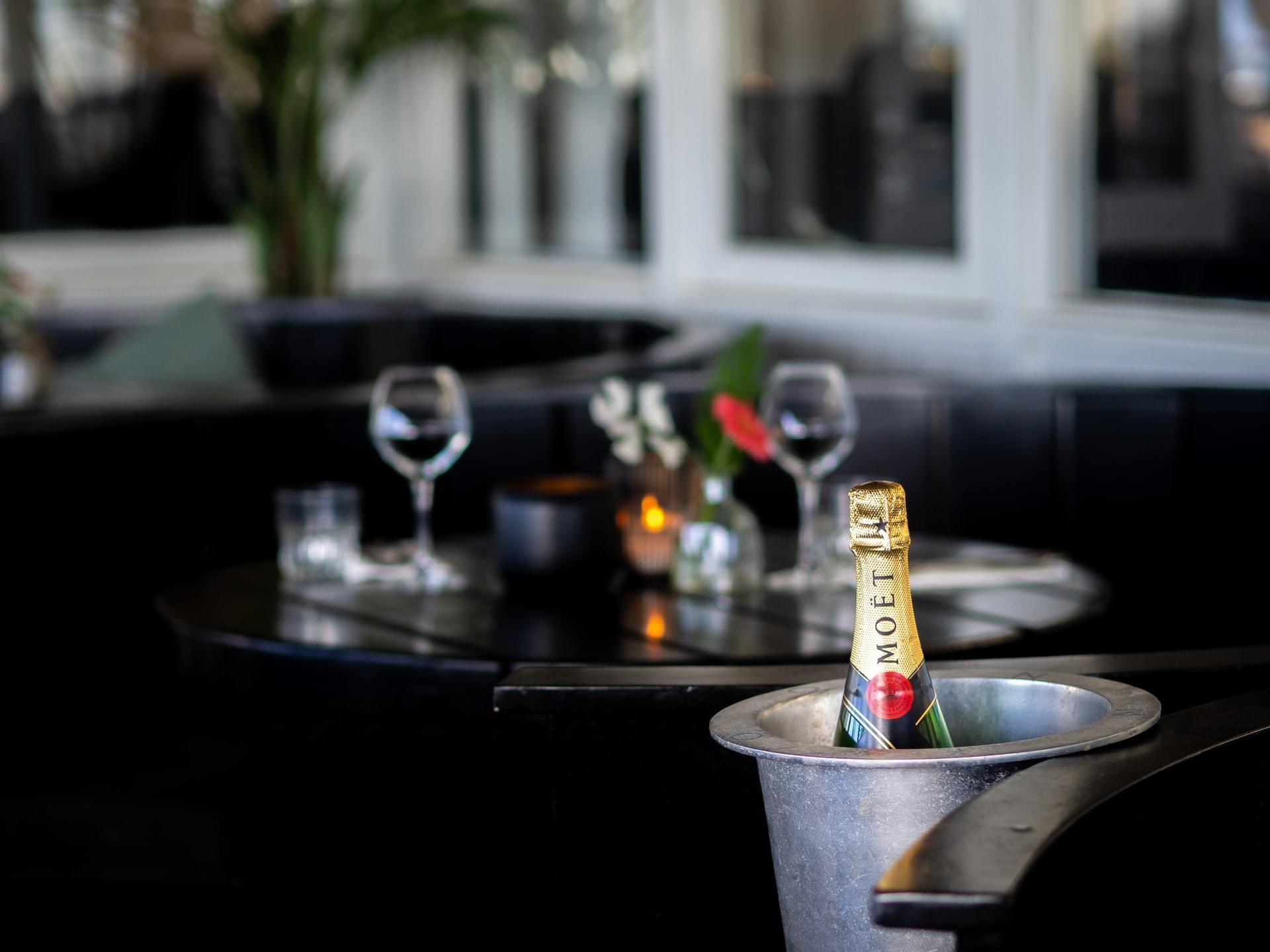 レストランのテーブルの上に置かれたワインボトルとグラス