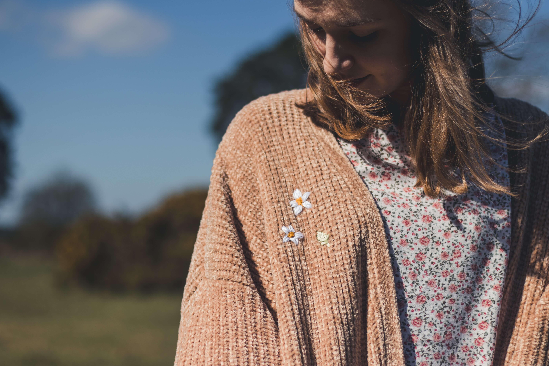 カーディガンを羽織った女性