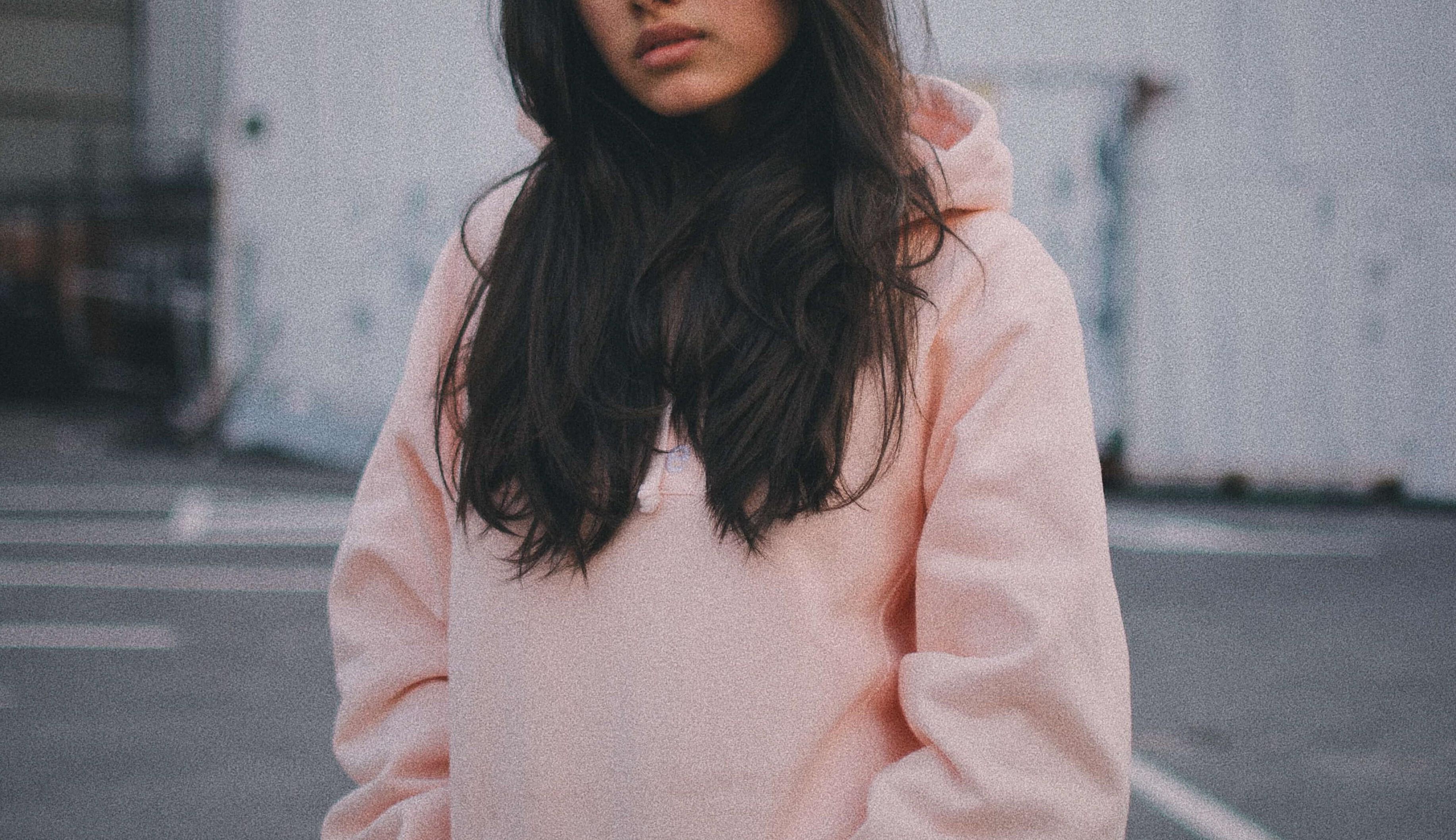 ピンクのパーカーを着た女性