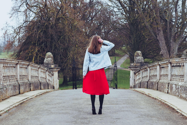 赤いスカートをはいた女性