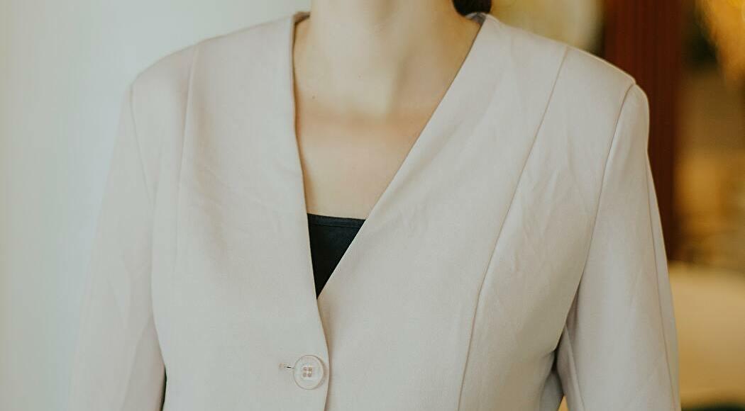 ベージュのジャケットを着た女性