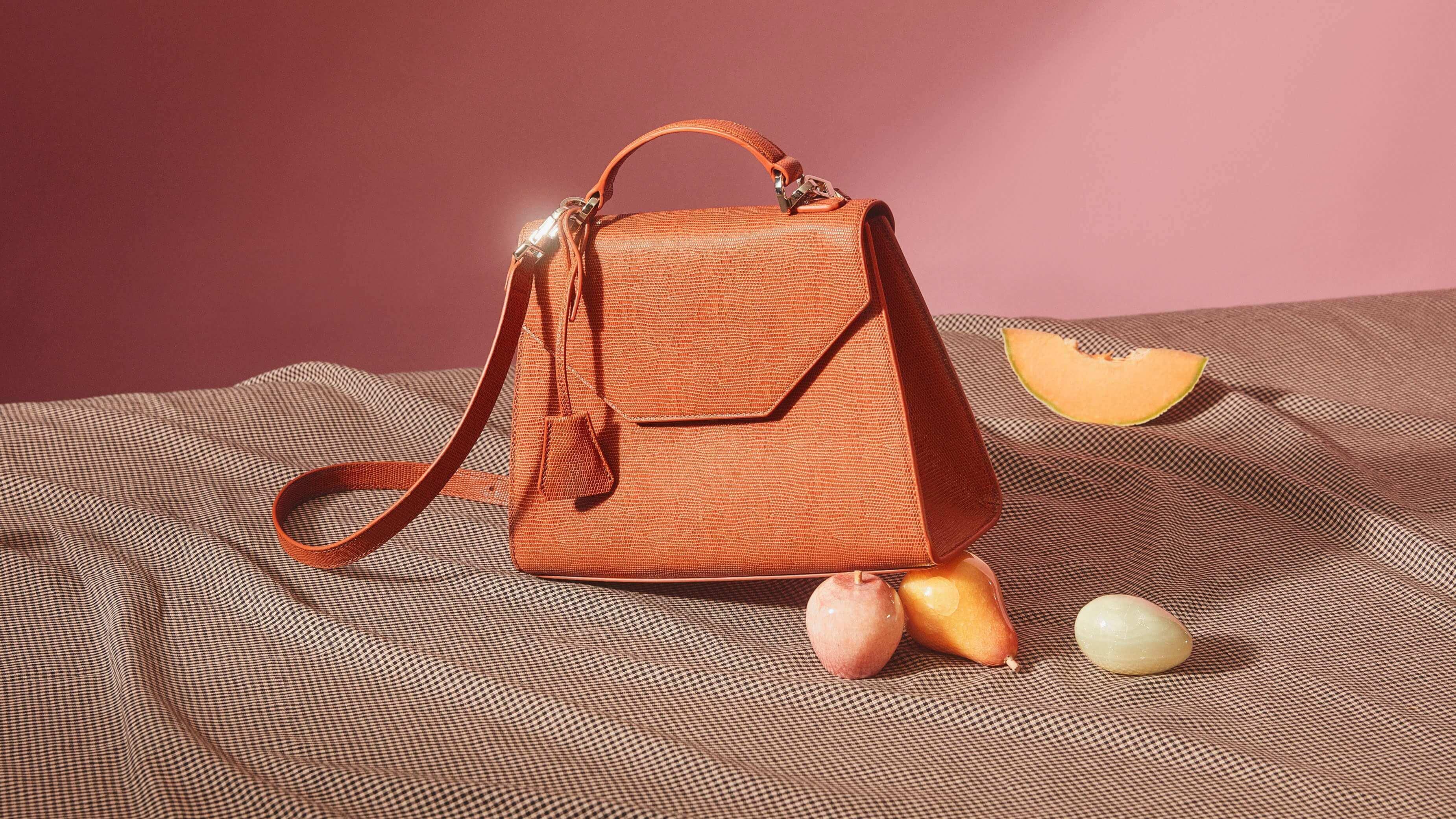 小さめのバッグとフルーツ