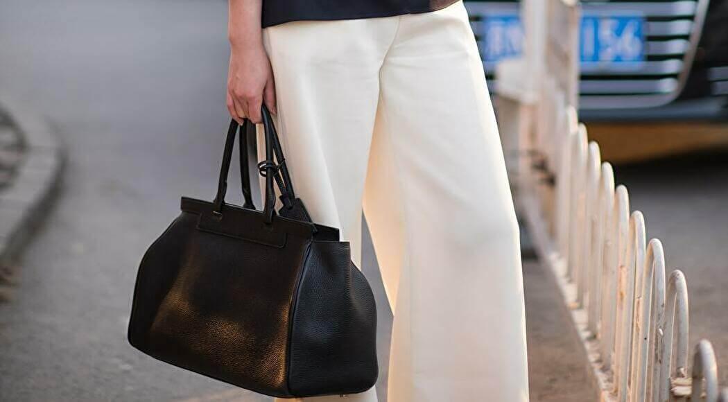 大きいバッグを持つ女性