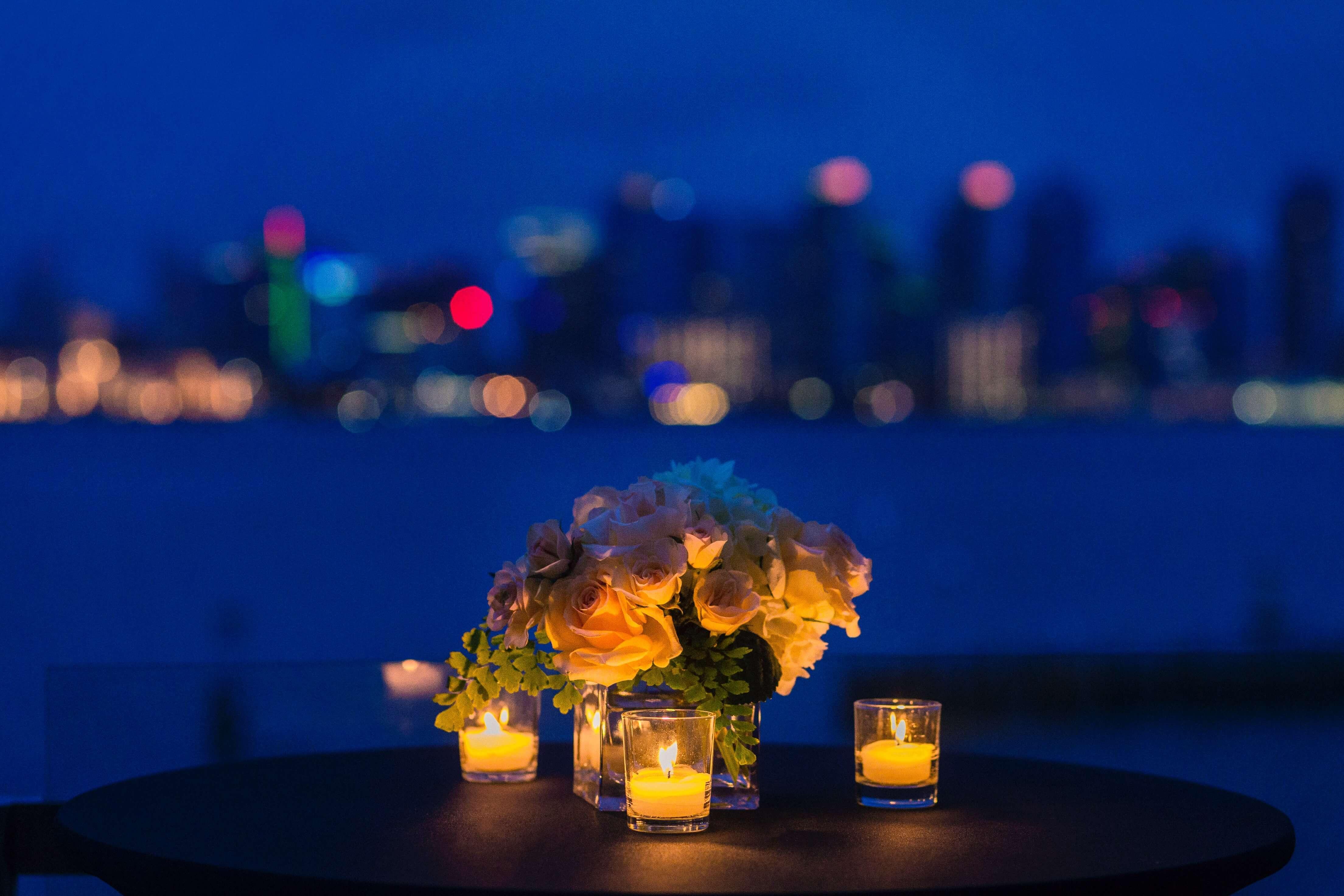 ロマンチックなレストランのテーブル