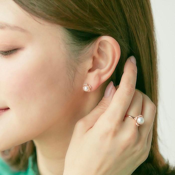 4℃の指輪とピアスを着けた女性