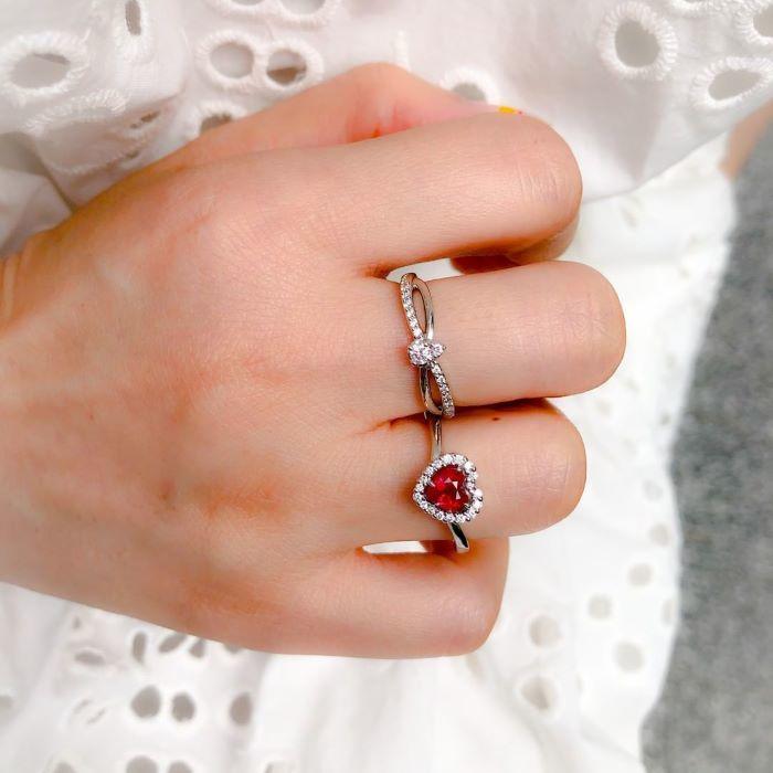 華やかな指輪の複数使い