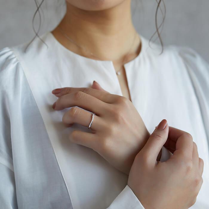 女性の手元に光る4℃のダイヤモンドリング