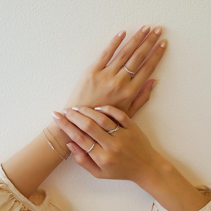 4℃のリングやブレスレットが輝く手元