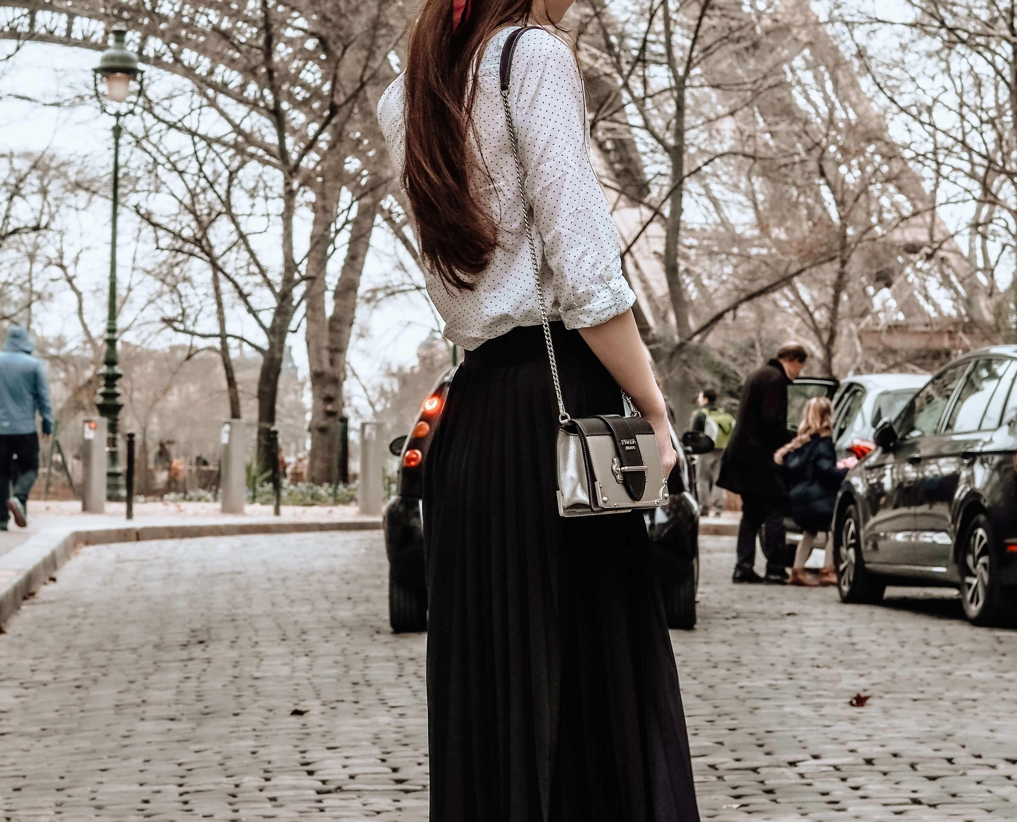 モノトーンファッションの女性