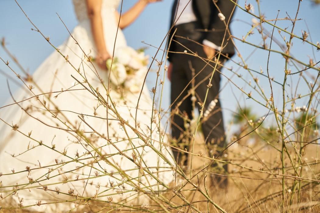 ウエディングドレスとタキシードを着たカップル
