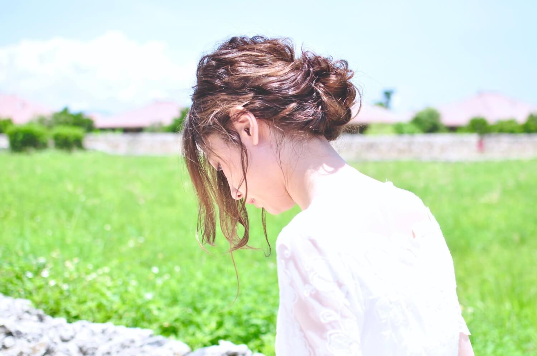 髪をまとめた女性