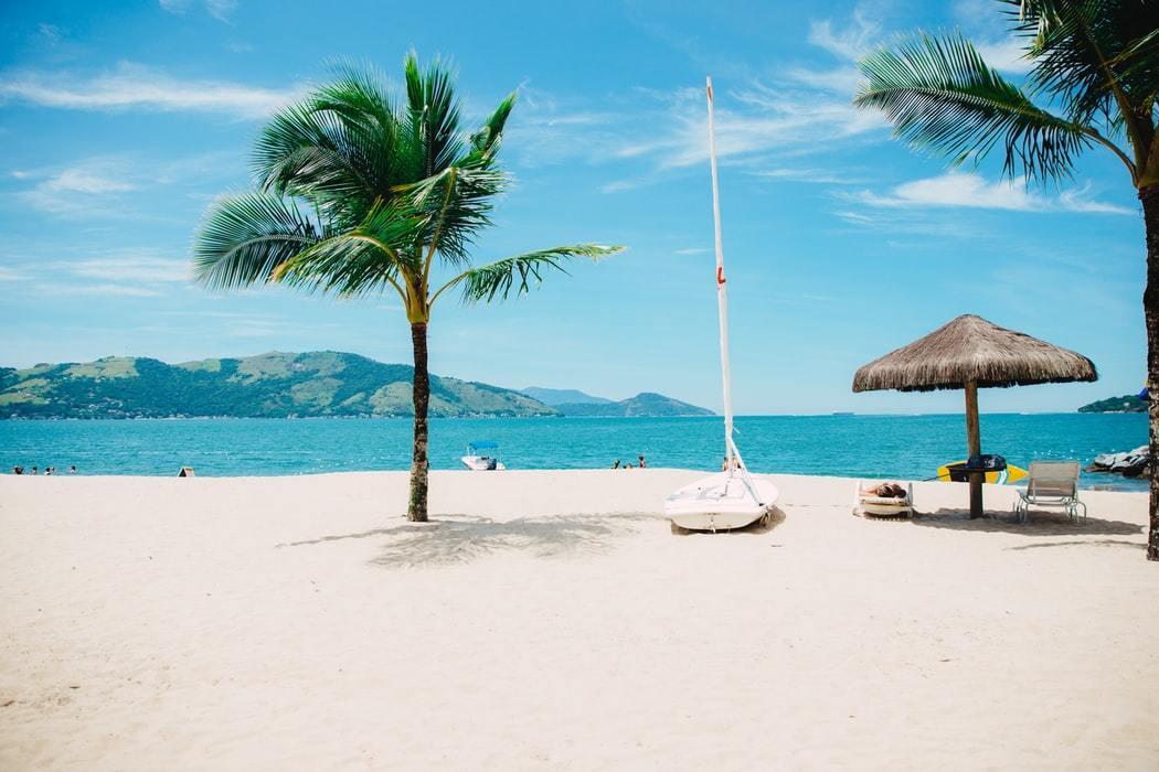 晴天の空と美しいビーチ