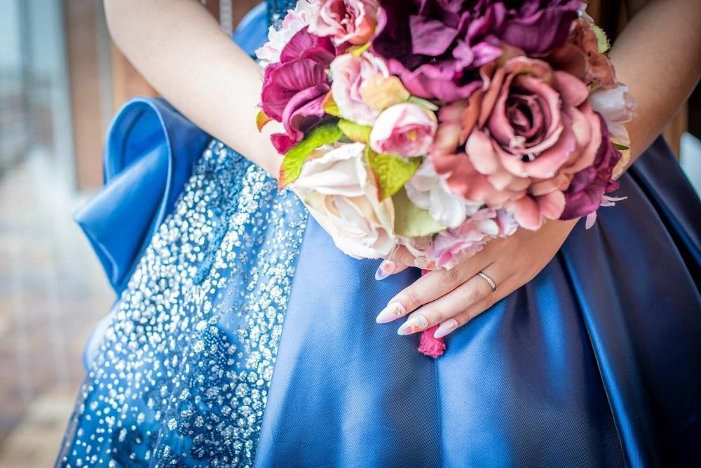 青いドレスを着た花嫁