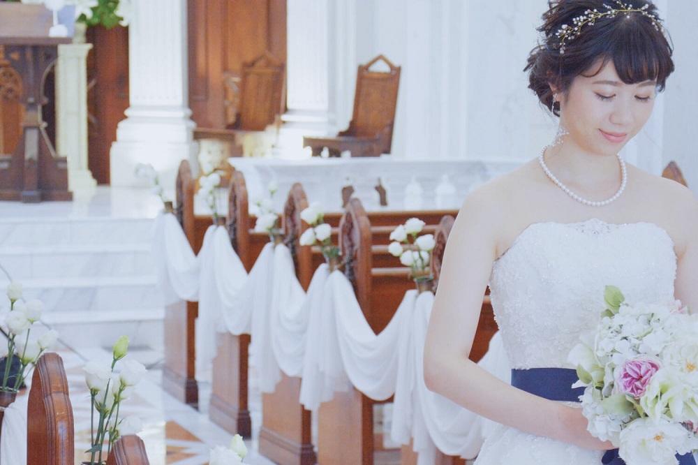 教会を歩く花嫁