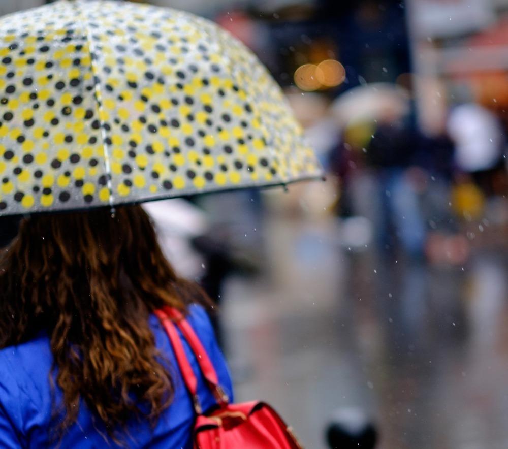 雨のなか通勤する女性