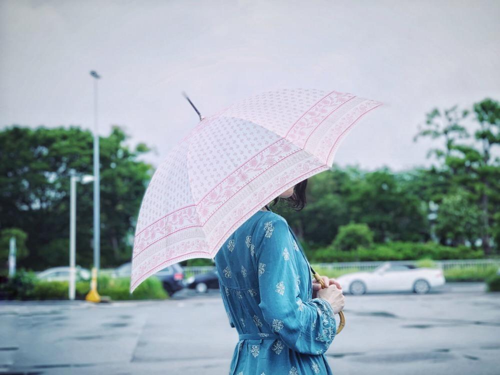 雨の日にでかける女性
