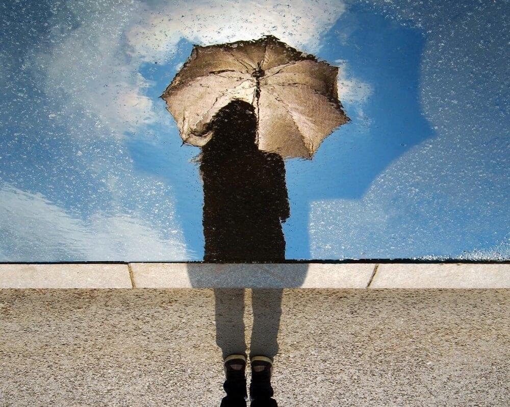 雨の日に出かける女性