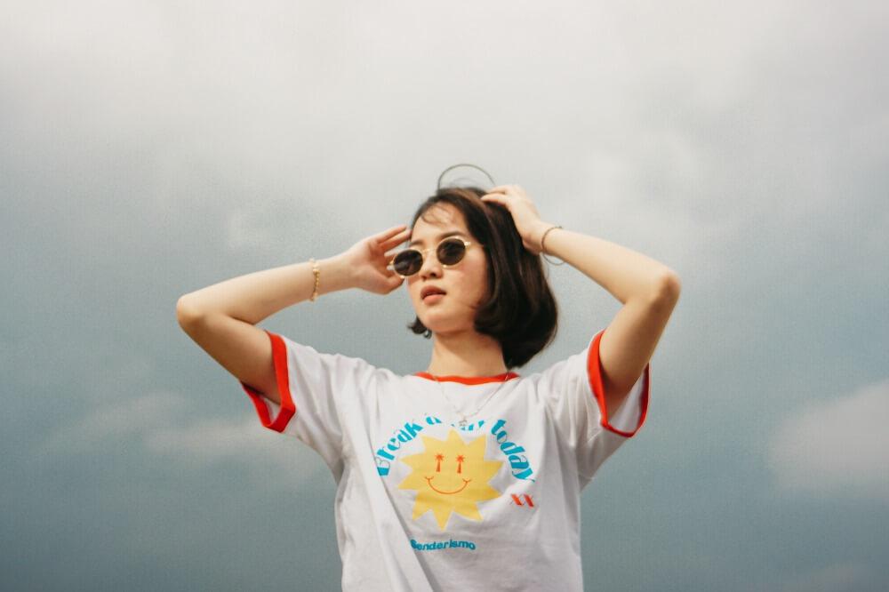 プリントTシャツを着た女性