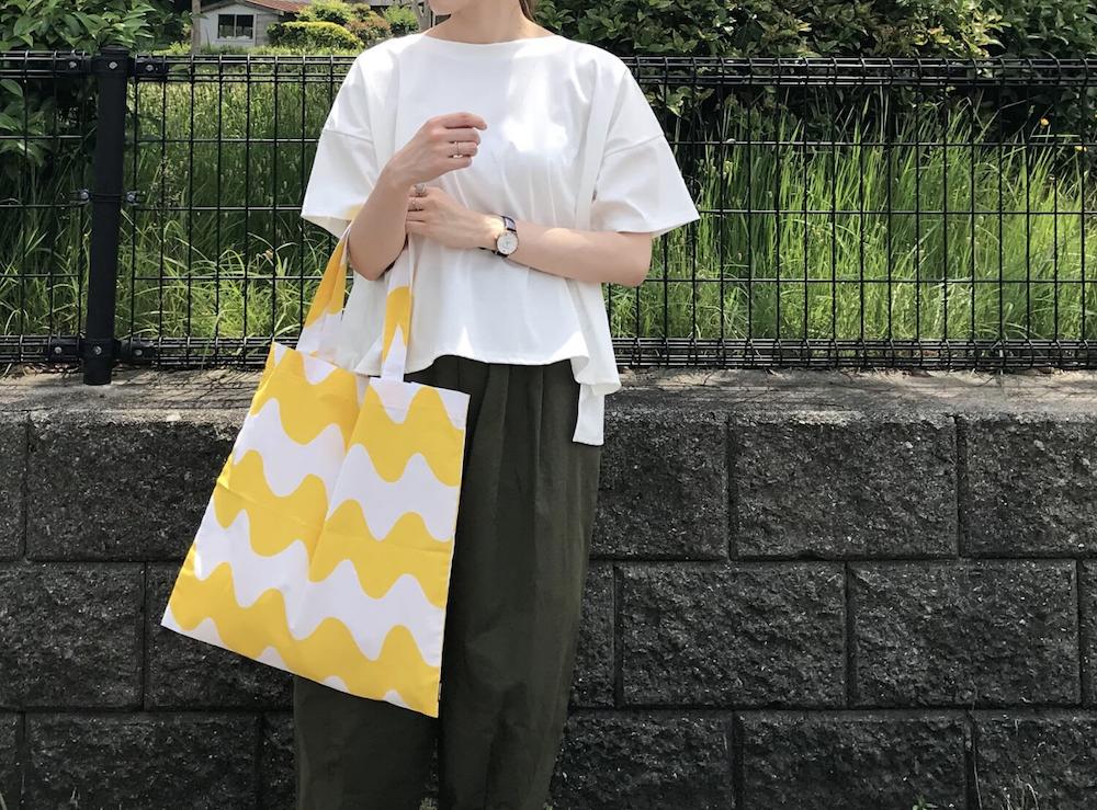 黄色のエコバックを持った女性
