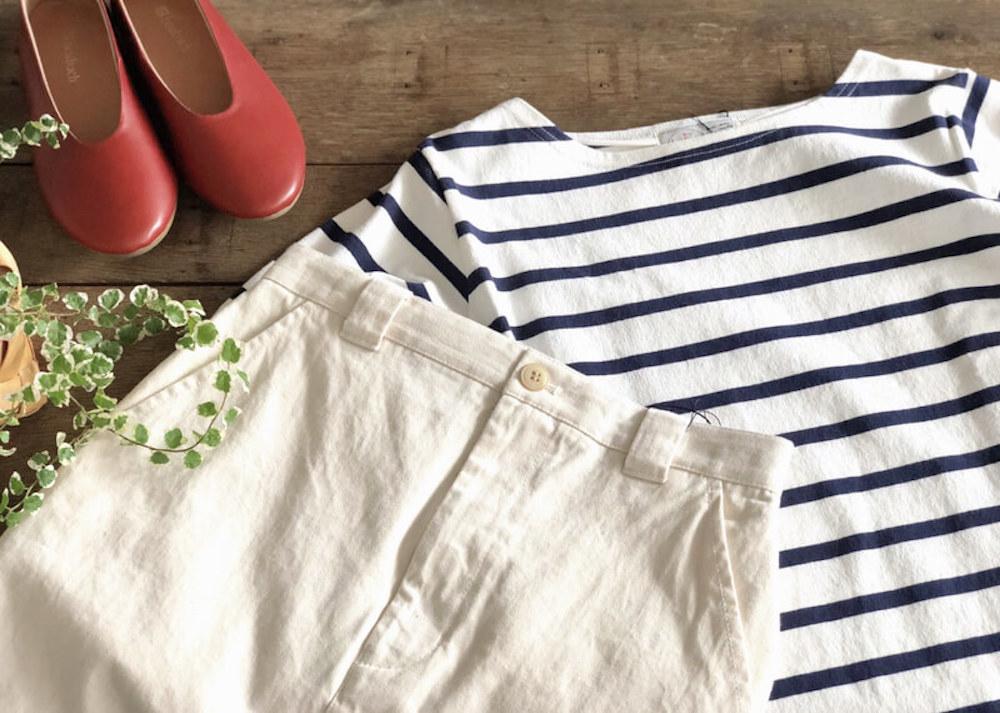 ボーダーTシャツと白いボトムス