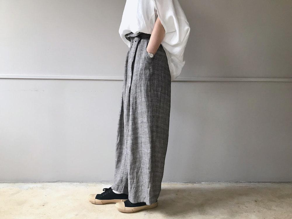 ワイドパンツを履いている女性